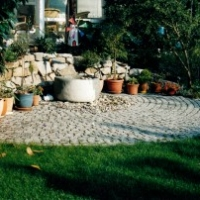 Naturstein-Rondell und Trockenmauer aus Granit, Sandsteinbrunnen