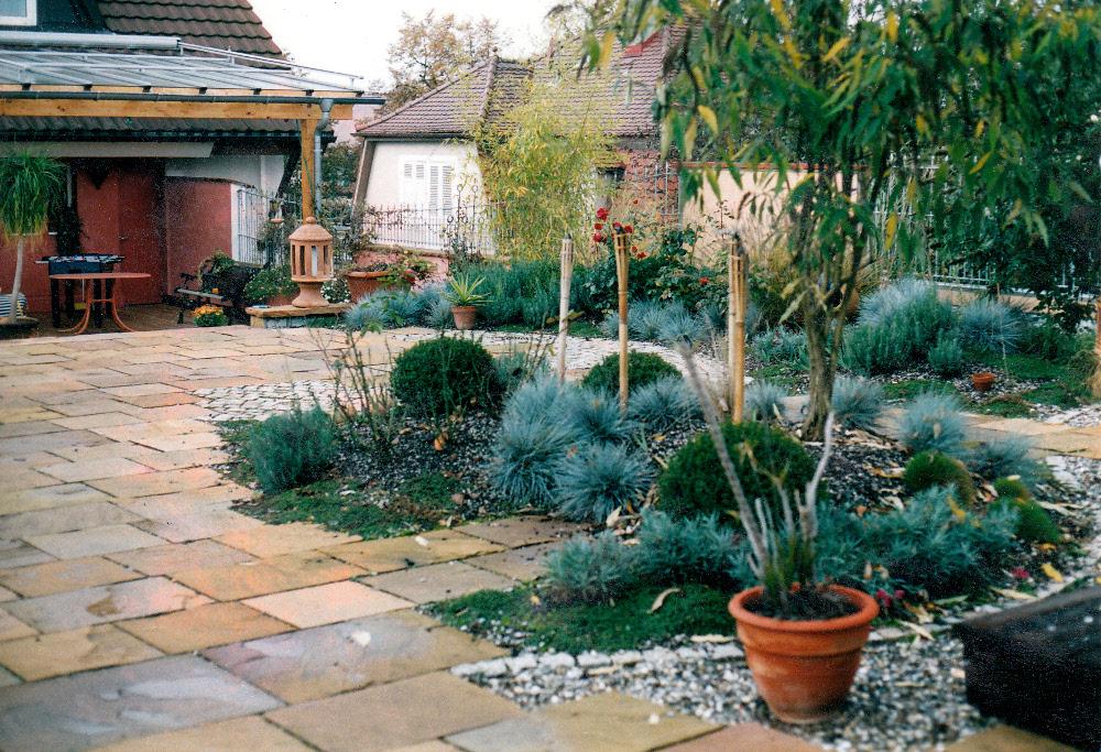 Naturstein-Dachgarten mit Sandsteinplatten und Intensivbegrünung