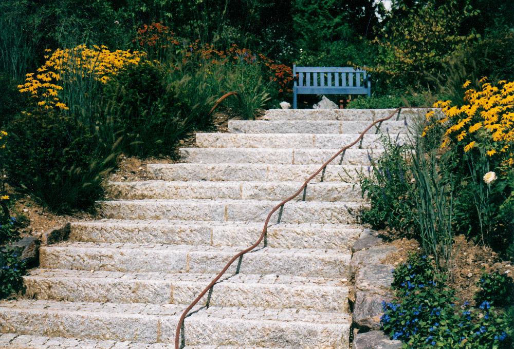 Naturstein-Gartentreppe aus Granit-Stellstufen mit Granit hinterpflastert