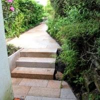 Naturstein-Gartentreppe: Blockstufen und Weg aus gelbem Granit, geflammt