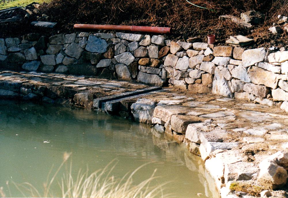 Gartenteich: Trockenmauer aus Granit. Quelleinlauf aus Granit-Leistensteinen