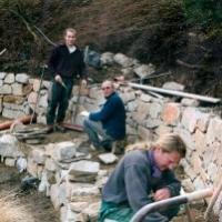 Gartenteich: Einfassung einer natürlichen Quelle mit großzügiger Granit-Trockenmauer