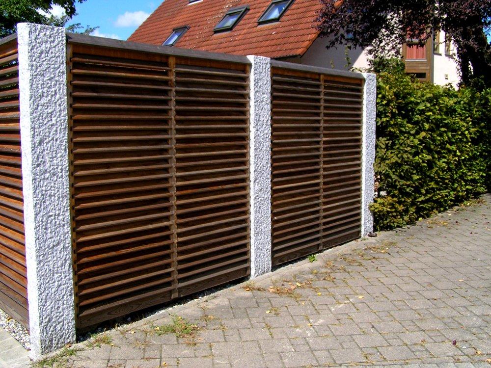 Lamellen-Sichtschutzwand mit Granit-Stelen