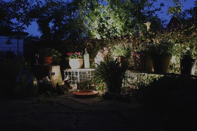 Gartenlicht Gartenbeleuchtung: Sitzplatz mit Blumenkübeln Pflanzkübel