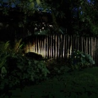 Gartenlicht Gartenbeleuchtung mit Niedervoltstrahlern Staketenzaun