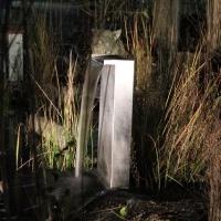 Gartenbeleuchtung mit Niedervoltstrahlern: Edelstahl-Wasserfall am Gartenteich