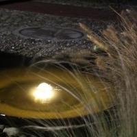 Gartenbeleuchtung mit Niedervoltstrahlern: Beleuchtung eines Quellbeckens aus Cor-Ten-Stahl Vogelbad