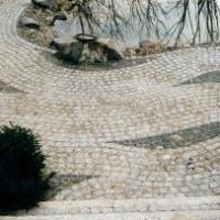 Pflaster: Natursteinpflaster Kleinpflaster Granit mit Melaphyr; Reihenpflaster in Wellen