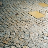 Pflaster Natursteinpflaster Reihenpflaster aus Granit in geschwungenen Bögen mit eingelegten Sandsteinplatten