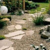 Naturstein: Kiesgarten im japanischen Stil mit polygonalen Trittplatten aus Porphyr