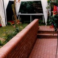 Mauerabdeckung und Treppe als Rollschicht aus Klinker