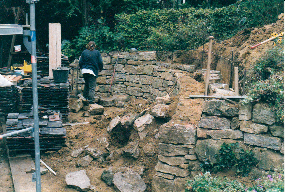 Bau einer Trockenmauer aus Kalkstein