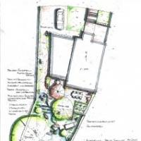 Gartenplanung: Hanggarten mit Pflanzterrassen über die ein Bachlauf in den Gartenteich mündet
