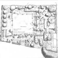 Gartenplanung: Neuenlage mit Holzterrasse und architektonischen Wasserbecken.Trockenmauern regulieren die Niveauunterschiede.