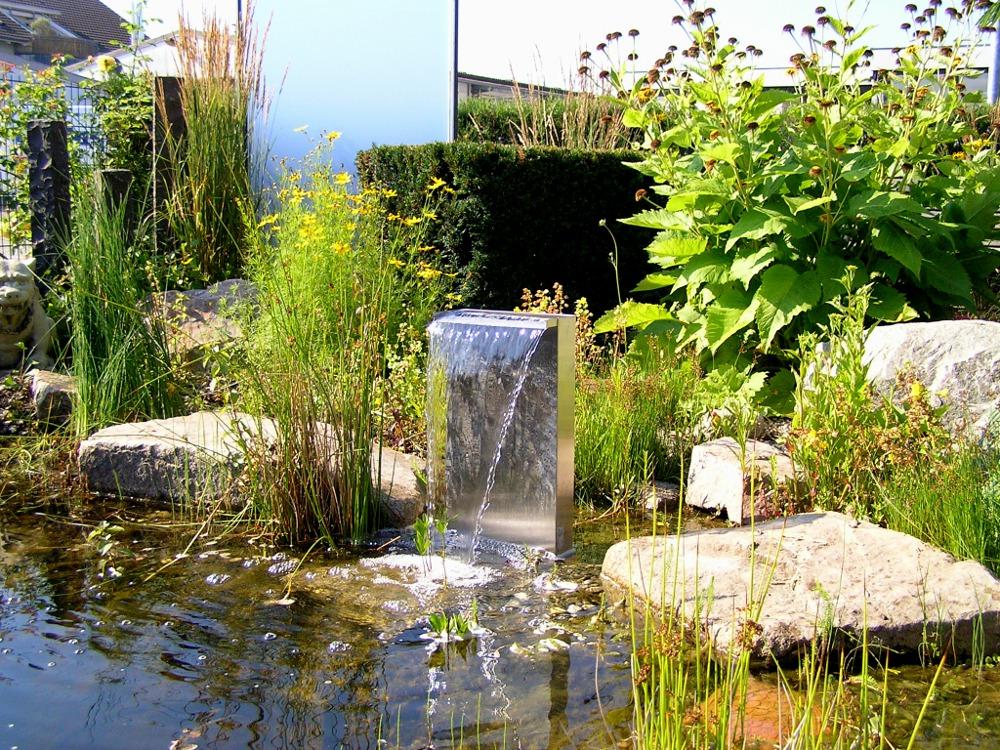 Wasser im Garten: Stele aus Edelstahl; Wasserspiel; Wasserfall; Gartenteich in unserem Schaugarten