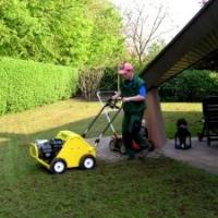 Rasenpflege: Rasen belüften (aerifizieren), besanden und düngen (Topdressing)