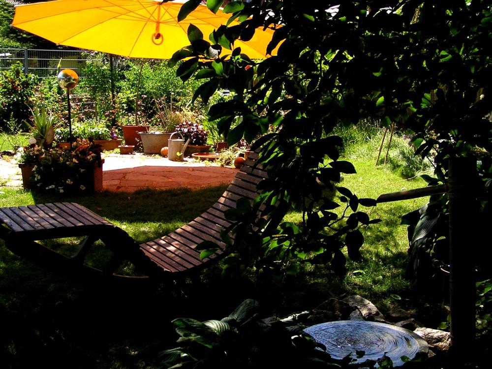 Gartengestaltung mit Gartenliege aus Robinie und GLATZ Pendalex-Sonnenschirm