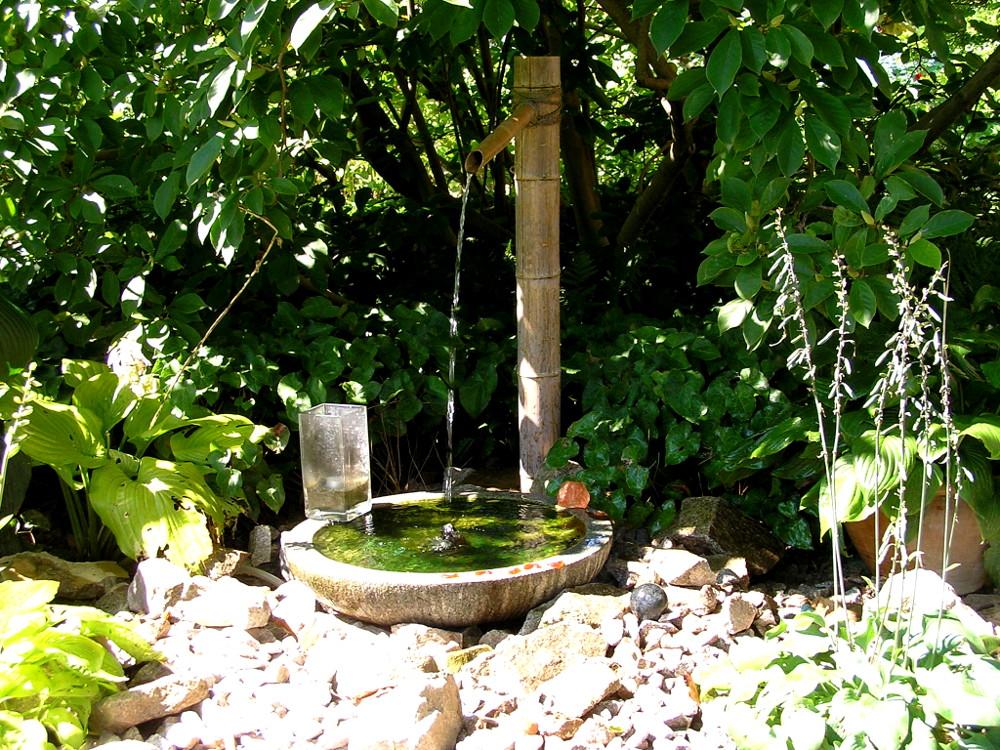 Klassisches Wasserspiel aus Bambusrohren Kakehi Koshu mit Granitschale Sakatsuki Mizu